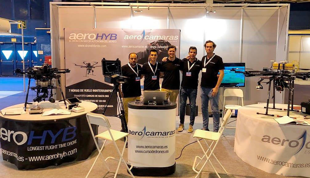 Integrantes de Aerocamaras en el stand de la compañía en Expodrónica 2019